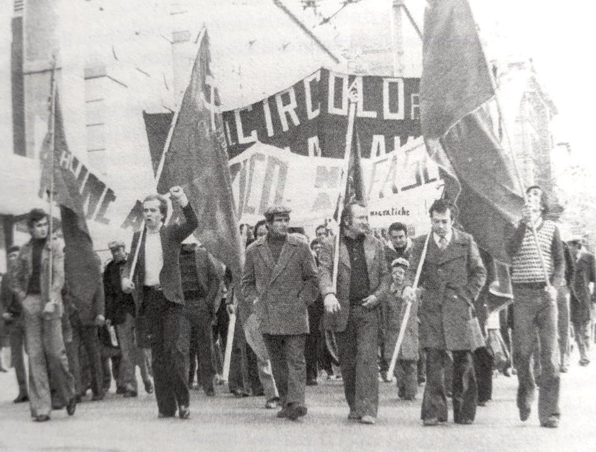 Un corteo del PCI a Senigallia, sulla destra Sesto Mancinelli porta la bandiera