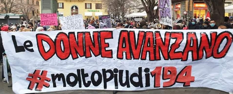 """Alla testa del corteo, uno striscione dice """"Le donne avanzano #moltopiùdi194"""""""
