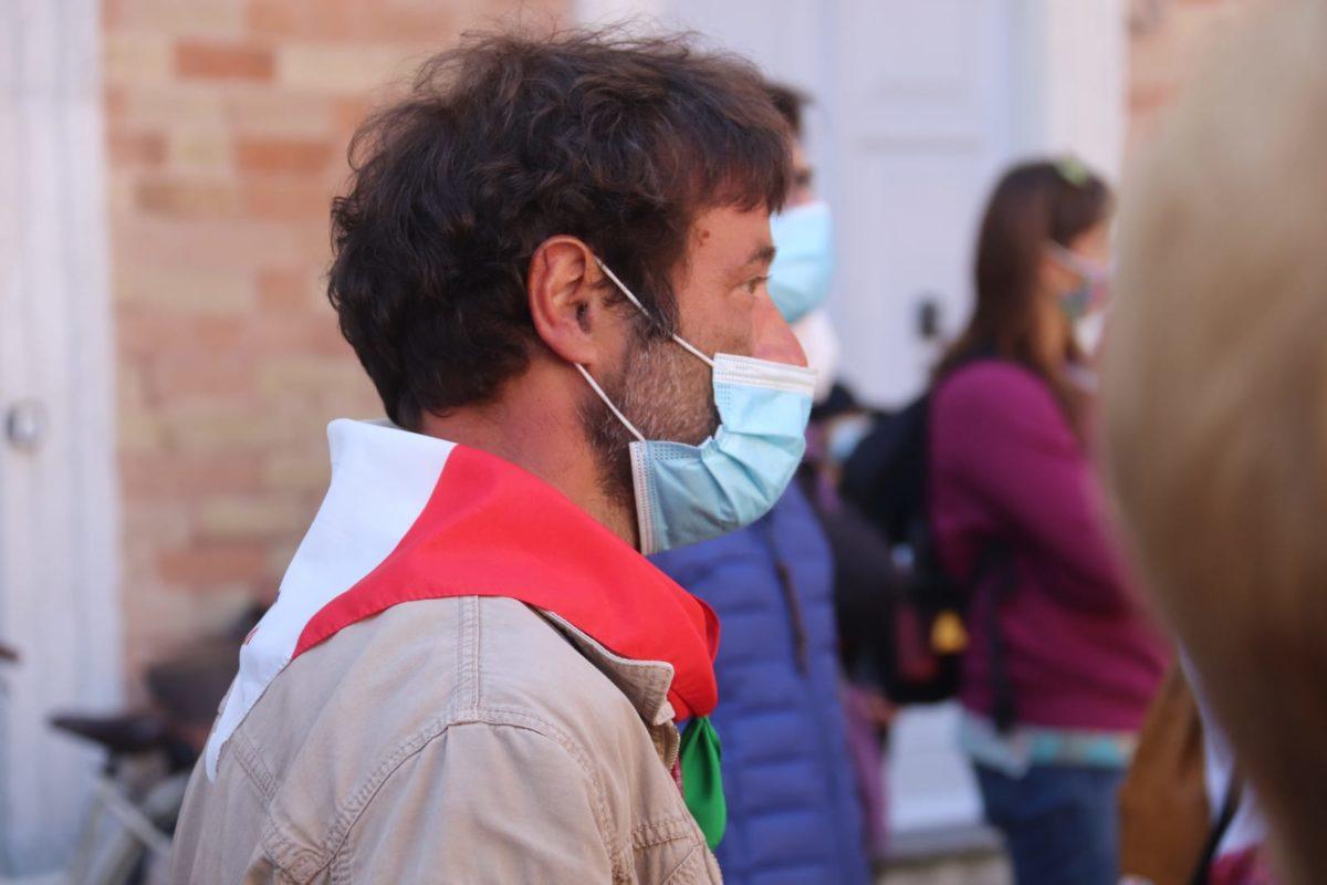 Enrico Pergolesi, con mascherina e fazzoletto tricolore al collo, alla Festa della Liberazione di Senigallia
