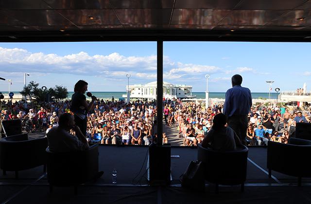 Dal palco del Caterraduno 2018, davanti alla rotonda a mare, una folla partecipa festosa ai concerti pomeridiani